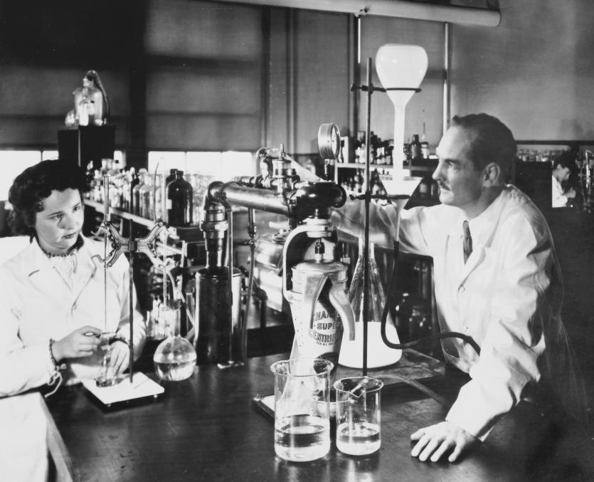 Elion and Hitchings in their laboratory.
